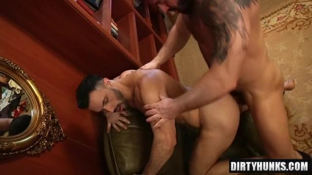 Namiętny seks dwóch gejów w biurze