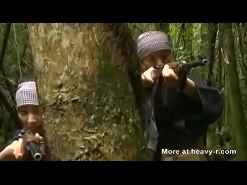 Żołnierze zabawiają się ich kosztem