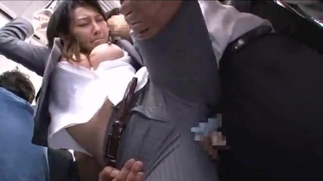 Gwałt porno na Japonce w publicznym metrze